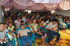 El Junco villagers & team members attend Holy Thursday liturgy
